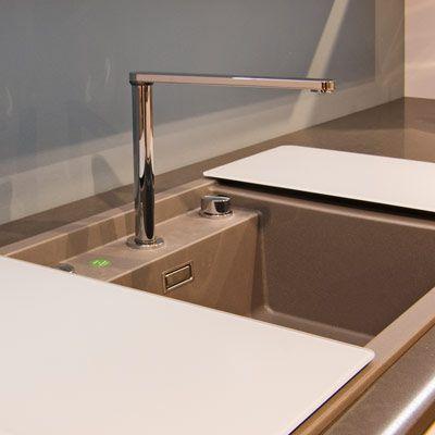 Küchenarmaturen Sind Bei Ihrer Täglichen Arbeit In Der Küche Ständig Im  Gebrauch. Ob Sie Sich Die Hände Waschen, Geschirr Abspülen Oder Die  Lebensmittel Vor ...